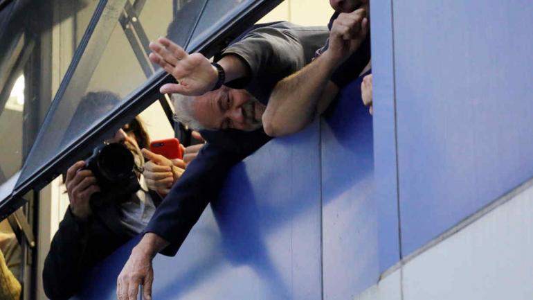 SAN PABLO. Lula se asomó por una ventana del Sindicato de Metalúrgicos y saludó a quienes lo apoyan (AP).