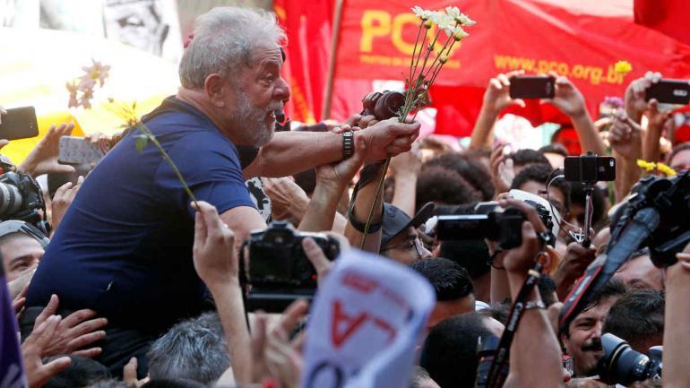 SAN PABLO. Lula es llevado en andas luego de finalizar su discurso del sábado antes de entregarse en la Policía Federal (AP).