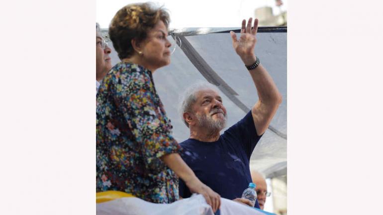 SAN PABLO. Lula es acompañado en la misa por Dilma, su ahijada política (AP).