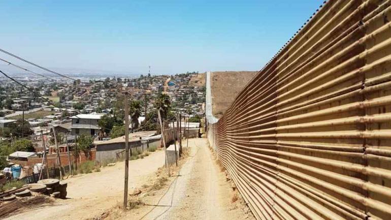 MURO. A la izquierda, México. A la derecha, Estados Unidos. (Edgardo Litvinoff/La Voz).