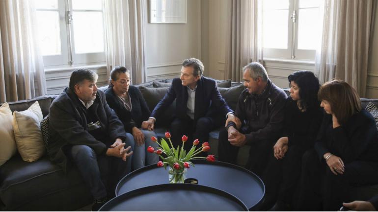 Macri junto a los familiares de las policías asesinadas (Presidencia).