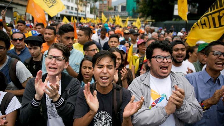 """La gente grita """"No más dictadura"""" durante una protesta contra las próximas elecciones presidenciales en Caracas, Venezuela. (AP)"""