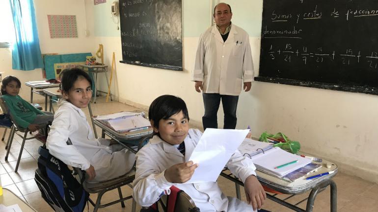 El maestro Carlos junto a sus alumnos de Las Palmitas (La Voz).