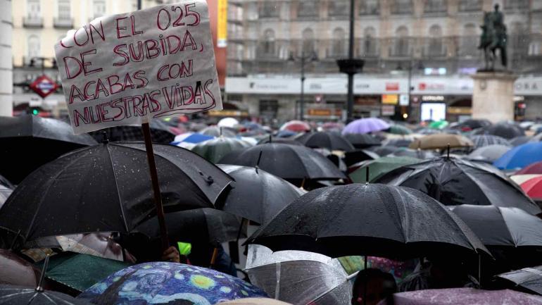 Manifestación de pensionistas bajo la lluvia en la Puerta del Sol en Madrid. (Gentileza de El País)