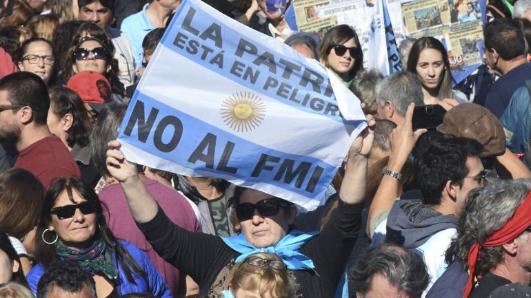 BUENOS AIRES. Columnas de manifestantes en la avenida 9 de Julio participaron del acto en Plaza de Mayo (Télam).