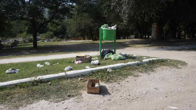 En San Antonio de Arredondo, los cestos no son suficientes, y la basura queda tirada. Una crecida la lleva al lago. (La voz)