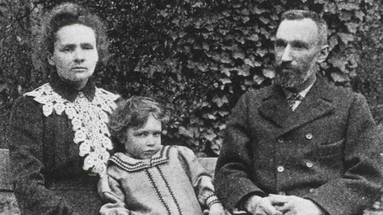 FAMILIA. Marie, su marido Pierre y su hija Irene, que también ganó un premio Nobel.
