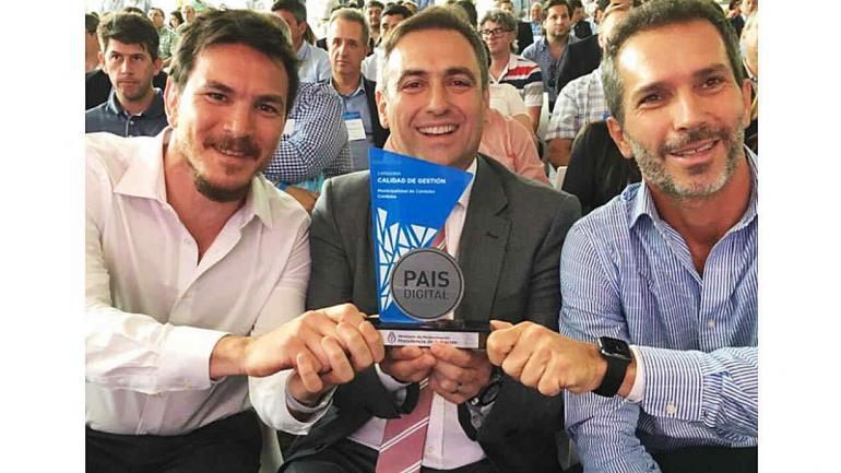 Mestre y Cossar reciben el premio de País Digital. (Municipalidad de Córdoba)