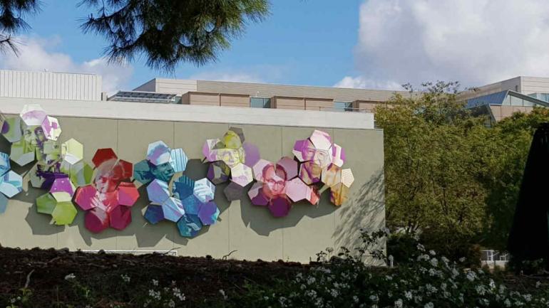Un mural del Nobel argentino César Milstein está en la sede de Amgen. Foto de Federico Kukso.
