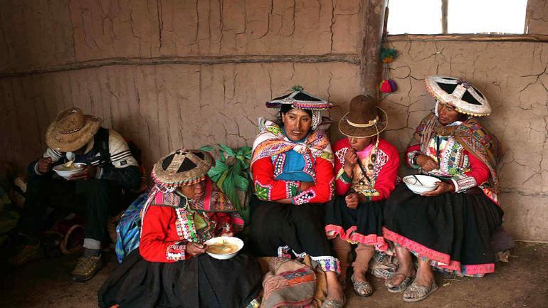 Un grupo de arrieros andinos almuerza durante una visita guiada a Rainbow Mountain. Aproximadamente 500 aldeanos han regresado en los últimos años para emprender su ancestral comercio de transporte de mercancías a través de los Andes. La diferencia es que ahora están transportando turistas a caballo. (AP Photo / Martin Mejia)