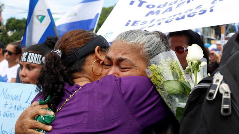 Una madre es abrazada mientras llora por su hijo muerto durante una marcha contra el presidente de Nicaragua Daniel Ortega en Managua, Nicaragua. (AP)