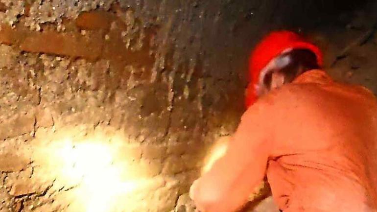 Escombros. Tuvieron que quitar los escombros con los que se había tapado la boca de acceso al túnel.