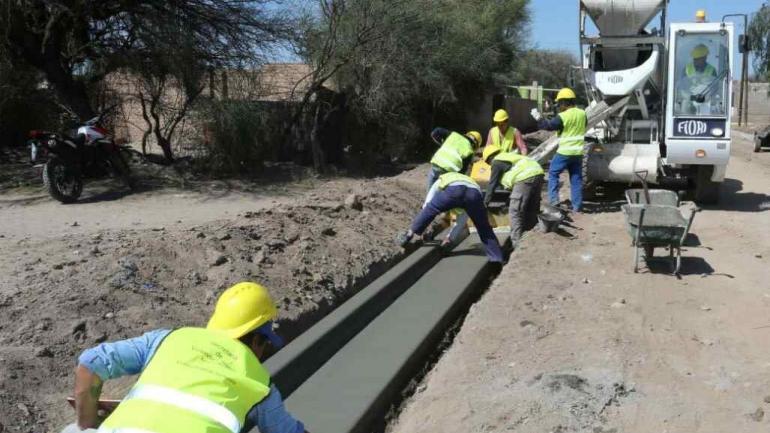 Obras básicas. En Serrezuela, al norte de la provincia, Nación ejecuta obras de cordón cuneta. (Twitter)