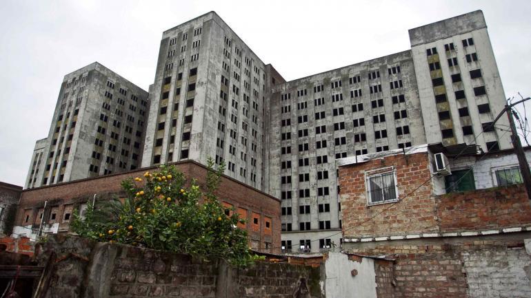 ELEFANTE BLANCO. Fue construido para albergar el hospital más grande de Latinoamerica. Tras 80 años de abandono, comenzó la demolición (Télam).