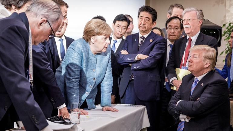El presidente de Francia, Emmanuel Macron (2.izq.), y la canciller alemana, Angela Merkel (c), hablan con el presidente de EEUU, Donald Trump (der.), en el marco de la cumbre del Grupo de los Siete (G7) en Malbaie, Canadá. (DPA)