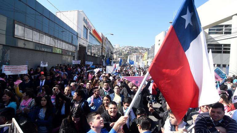 Chile, Santiago: Numerosas personas, entre ellos grupos evangélicos, participan en una marcha en la zona del Congreso para manifestar su rechazo a la ley de identidad de genero. (DPA)