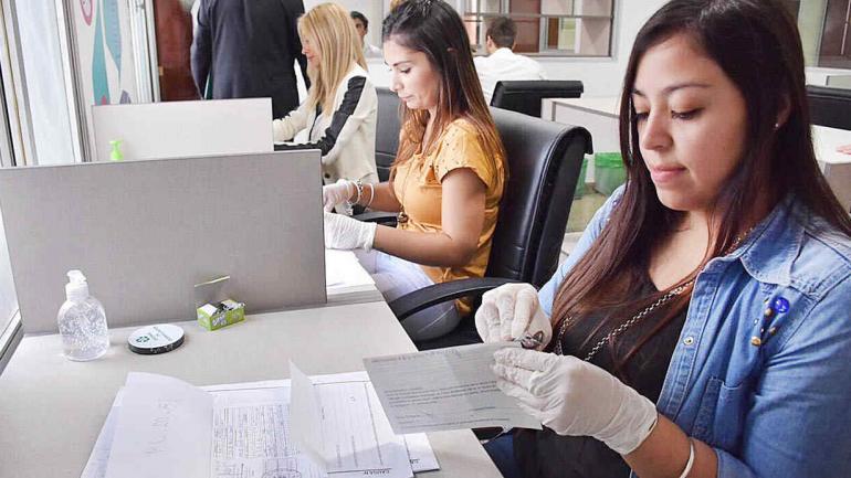 Trabajo minucioso en la selección de los documentos a digitalizar. (Municipalidad de Córdoba)