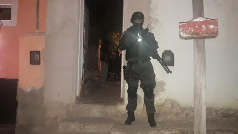 CRUZ DEL EJE. El hombre fue detenido por violar la ley nacional de estupefacientes (Fuerza Policial Antinarcotráfico).