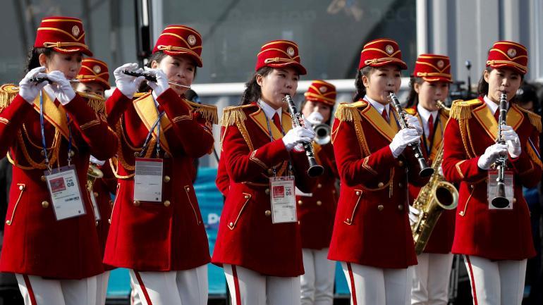 La orquesta norcoreana Samjiyon actúa durante la recepción oficial a la delegación de Corea del Norte en la sede olímpica surcoreana.
