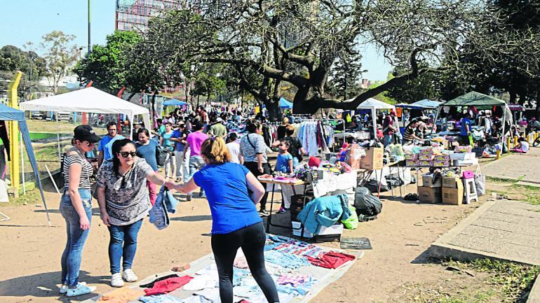 Todos. Los que llevan más tiempo en el parque, montaron carpas y gazebos con ropa y comida. (José Hernández)