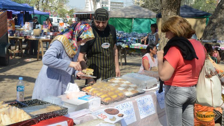Variedad. Hay vendedores turcos, bolivianos y haitianos, entre cordobeses de todas las barriadas. (José Hernández)