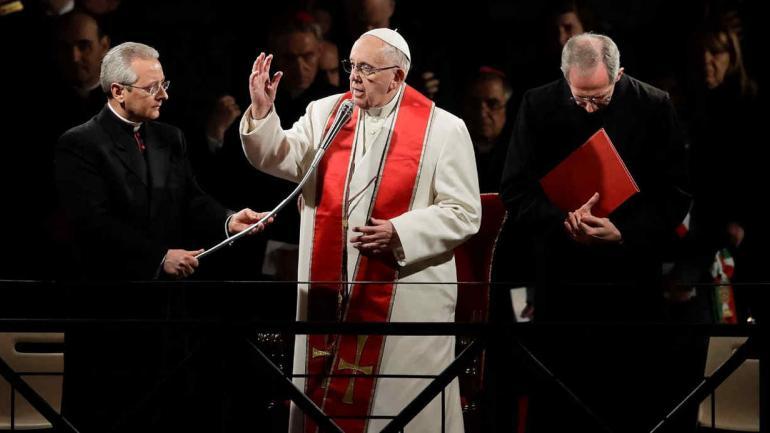 SEMANA SANTA. El papa Francisco encabezó el Vía Crucis en Italia (AP).