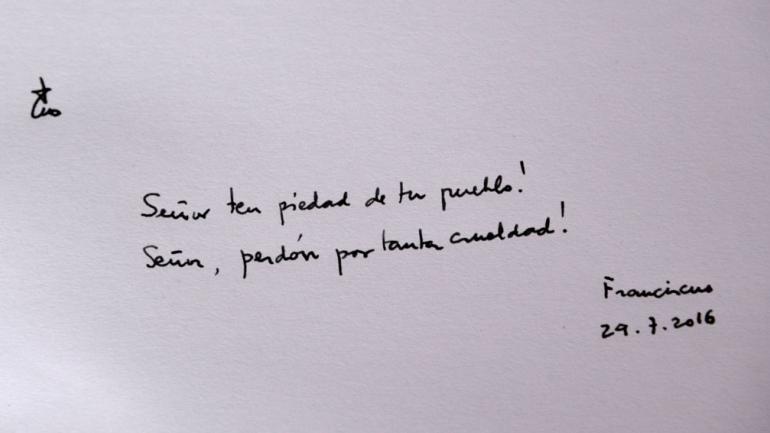 Las únicas palabras. Durante su visita a Auschwitz y a Birkenau, Francisco se mostró conmovido. Así lo dejó escrito en el libro de Honor de Auschwitz. (AP).