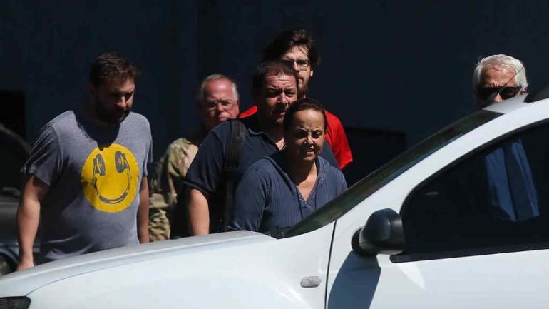 CURITIBA. Familiares de Lula cuando se retiran de la Policía Federal (Diario Folha de San Pablo).