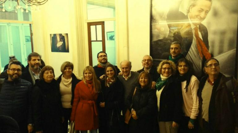 REUNIÓN. La diputada Gabriela Estévez, las legisladoras Carmen Nebreda y Vilma Chiapello, junto a Oscar Parrilli y referentes del kirchnerismo cordobés en el Instituto Patria. (Gentileza Vilma Chiapello)