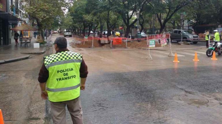 CORTES. Los inspectores supervisan el tránsito durante los trabajos sobre Chacabuco. (Archivo La Voz)