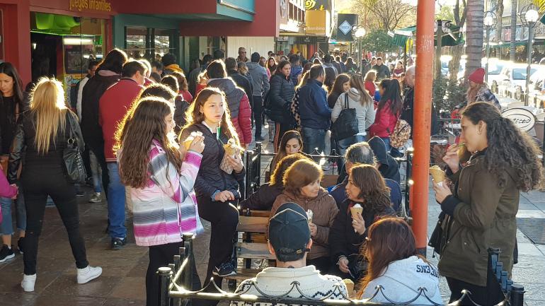 Punilla. La peatonal de Villa Carlos Paz registró un movimiento claramente superior al de un fin de semana común de invierno.