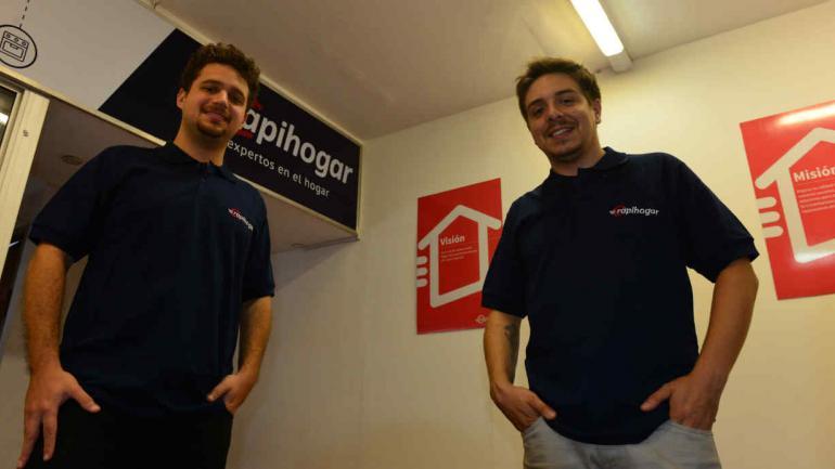CREADORES. Mariano Buxdorf y Nadir Donemberg, de RapiHogar. Ya tienen más de 165 prestadores y 3.600 usuarios. (Nicolás Bravo)
