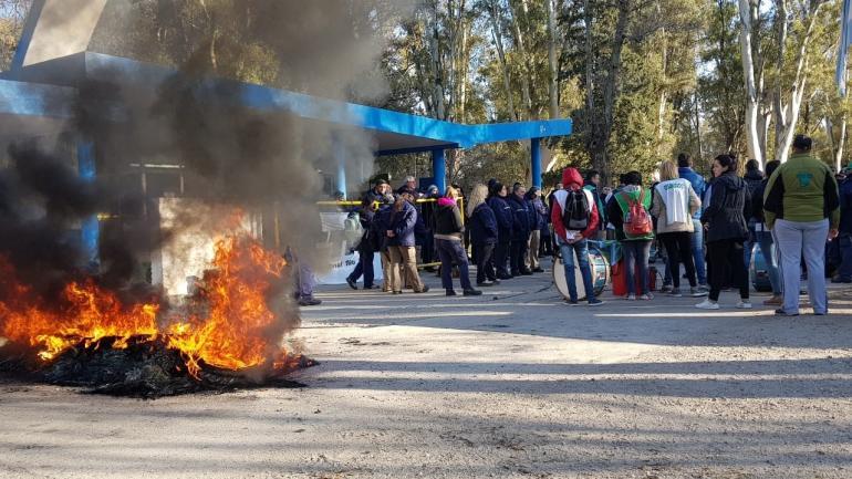 Río Tercero. Las protestas por el ajuste se iniciaron en la portería de la Fábrica Militar pero se sumaron movilizaciones y otras acciones. (La Voz)