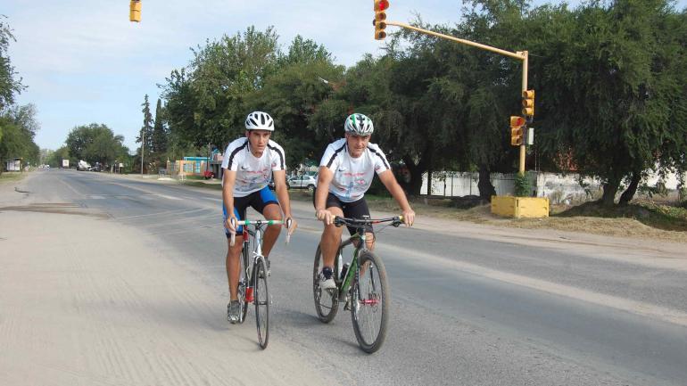Sobre la bici. Los Rumachella, padre e hijo, choferes y ciclistas.