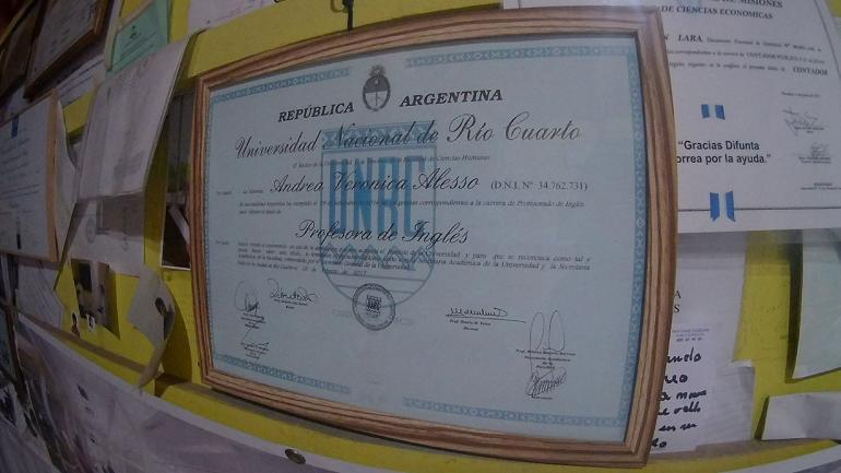 SALÓN DE LOS ESTUDIANTES. Abundan las paredes tapizadas con diplomas de distintas universidades de todo el país (La Voz).