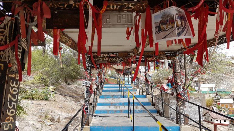 CERRO LA TOMA. Una enorme escalinata permite subir al lugar exacto donde hallaron a Deolinda sin vida y a su pequeño hijo prendido de su pecho. Abundan las cintas rojas, chupetes y patentes de autos (La Voz).