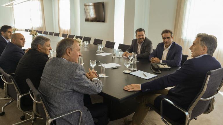 Macri recibió a Hernán Vázquez y Pablo Román Di Si, directivos de Volkswagen. También participaron del encuentro el gobernador de Córdoba, Juan Schiaretti, y en el ministro de Producción, Francisco Cabrera. (Presidencia).