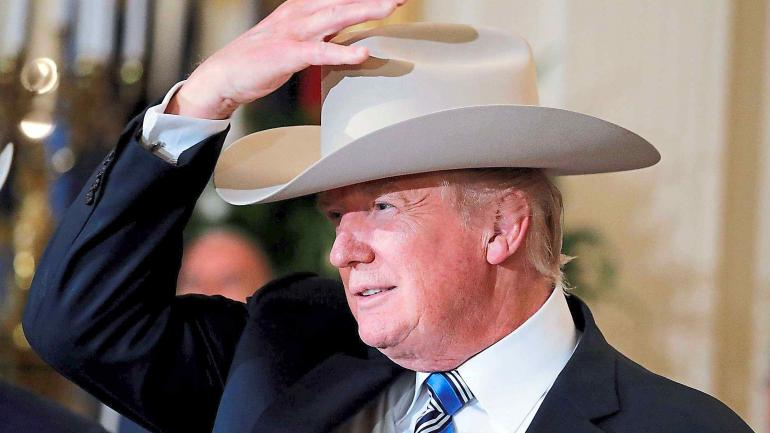 """""""Made in America"""". Trump volvió a defender la producción estadounidense. En la Casa Blanca, se probó un típico sombrero de vaquero Stetson. (AP)"""