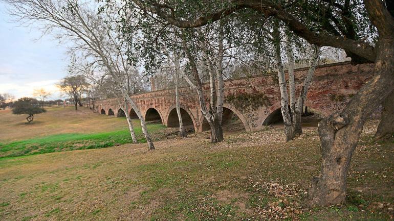 Simbiosis mágica. El acueducto Las Siete Alcantarillas, maravilla arquitectónica construida por los ingenieros Cassaffousth y Dumesnil, formará parte del parque La Cañada. (Javier Ferreyra)
