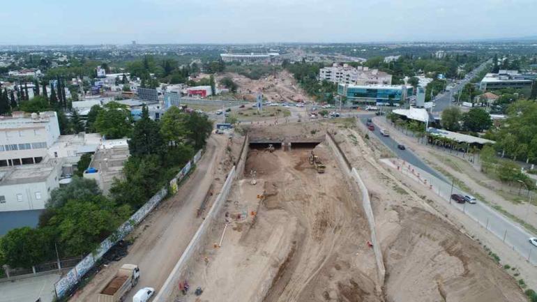 Segundo subsuelo. Las excavadoras avanzan, pero aún tienen que sacar seis metros de tierra.