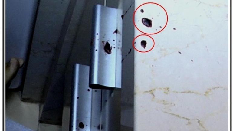 Las manchas de sangre en caída vertical sobre las manijas del vanitory demuestran que una tercera persona dentro del baño lo sujetó en la agonía. (Pericia de Gendarmeria/Clarín).