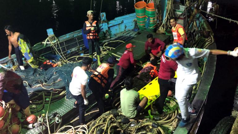 TAILANDIA. Algunos de los turistas rescatados en ambas embarcaciones bajan en los muelles (AP).