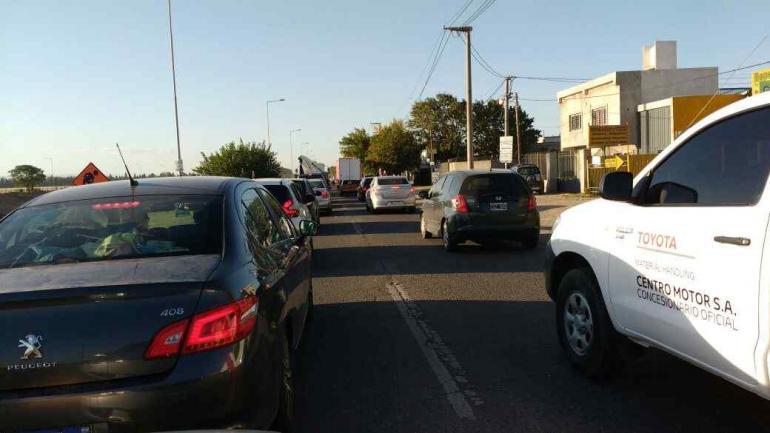 EMBOTELLAMIENTO. Los automovilistas registraron demoras en uno de los ingresos a la ciudad de Córdoba. (Javier Ferreyra)