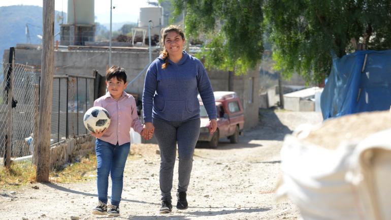 Ulises y Eugenia. El pequeño y su mamá, en una historia de superación con una rara enfermedad que se enfrenta con tratamiento y amor. (José Hernández)