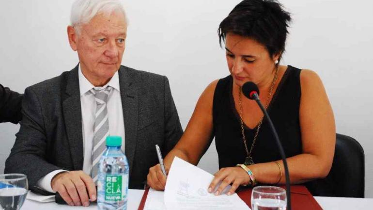 El rector de la UNC, Hugo Juri, y la intendenta Myrian Prunotto firman el acta que deja habilitada la nueva Universidad Popular (Municipalidad de Estación Juárez Celman).