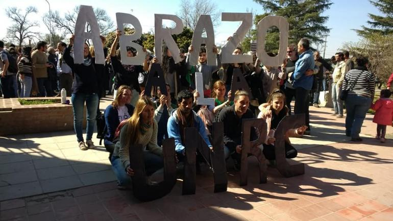 ABRAZO SIMBÓLICO. Para este viernes, la protesta continuará con una bicicleteada desde la Plaza Racedo hasta el campus. (Gentileza Radio Universidad)
