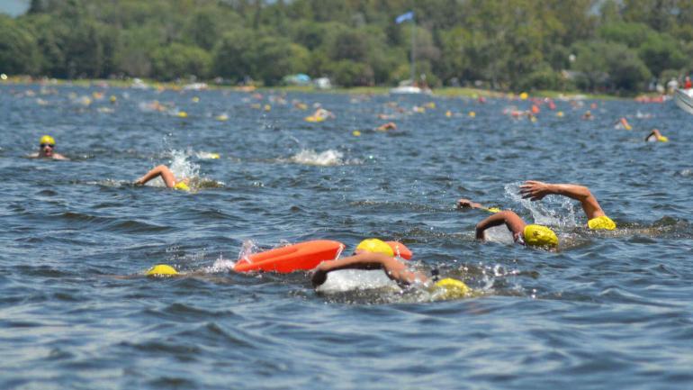 """VILLA RUMIPAL. 982 nadadores participaron ayer del 37º """"Cruce del lago"""", en Villa Rumipal, una prueba ya tradicional, que crece en convocatoria con el paso de cada edición y que se realiza en el marco del Festival del Lago (LaVoz)"""
