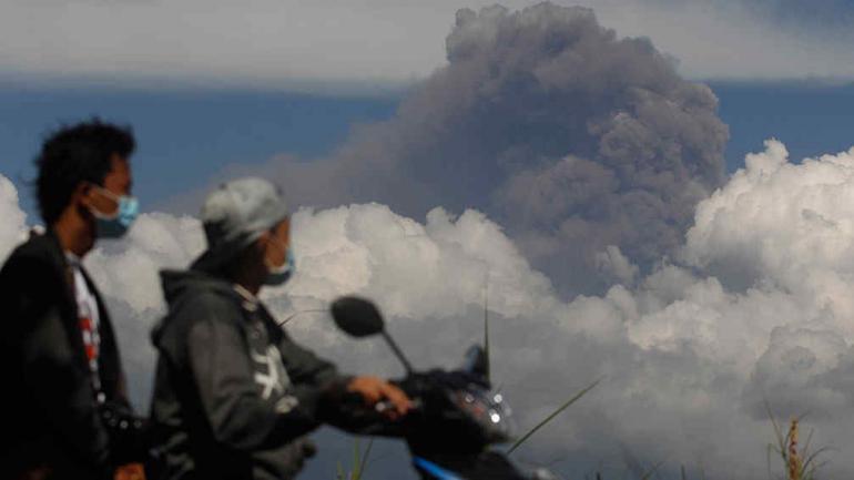 INDONESIA. El cielo se oscureció tras erupción de volcanes (AP).