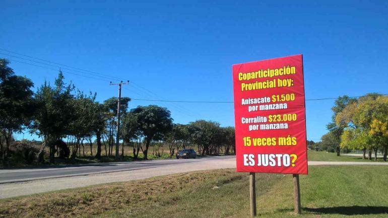 Sobre la Ruta 5, camino a Anisacate, Ramón Zalazar instaló carteles con su reclamo. Compara su municipio con Corralito, localidad en la que fue intendente el Secretario de Asuntos Municipales e Institucionales, Juan Carlos Scotto.