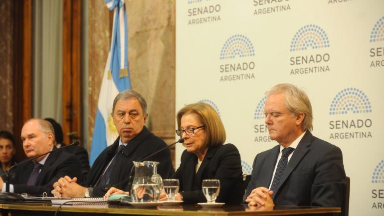 Weinberg de Roca junto a los senadores Federico Pinedo, Rodolfo Urtubey y Ernesto Martínez. (Clarín)